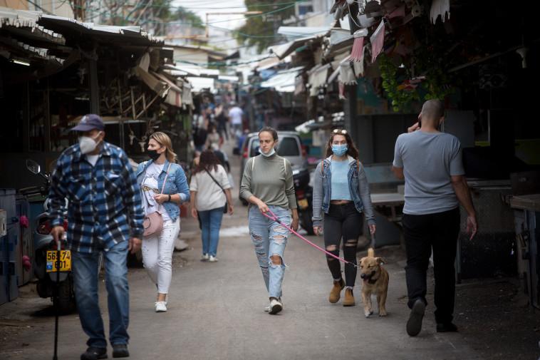 קורונה - אנשים עם מסכה מטיילים בשוק הכרמל (למצולמים אין קשר לנאמר בכתבה) (צילום: מרים אלסטר, פלאש 90)