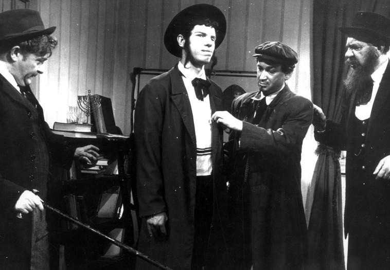 מייק בורשטיין מתוך הסרט ''שני קונילמל'', 1966 (צילום: סרטי גבע)