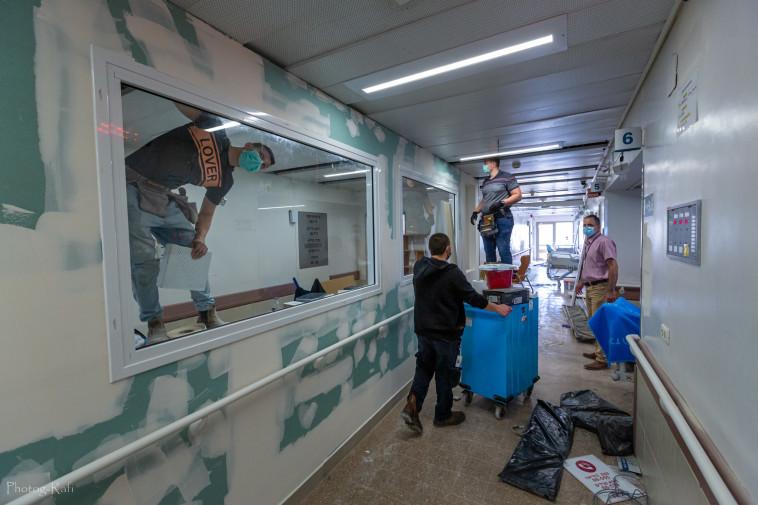 הקמת המחלקות הייעודיות לחולי קורונה (צילום: רפי קורן,באדיבות בית החולים הלל יפה)