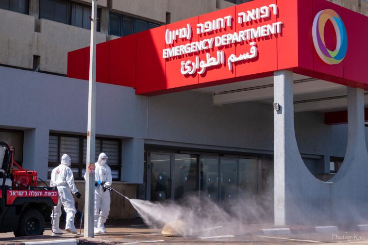 כוחות כיבוי אש מחטאים את רחבות הכניסה של חדרי המיון (צילום: רפי קורן,באדיבות בית החולים הלל יפה)