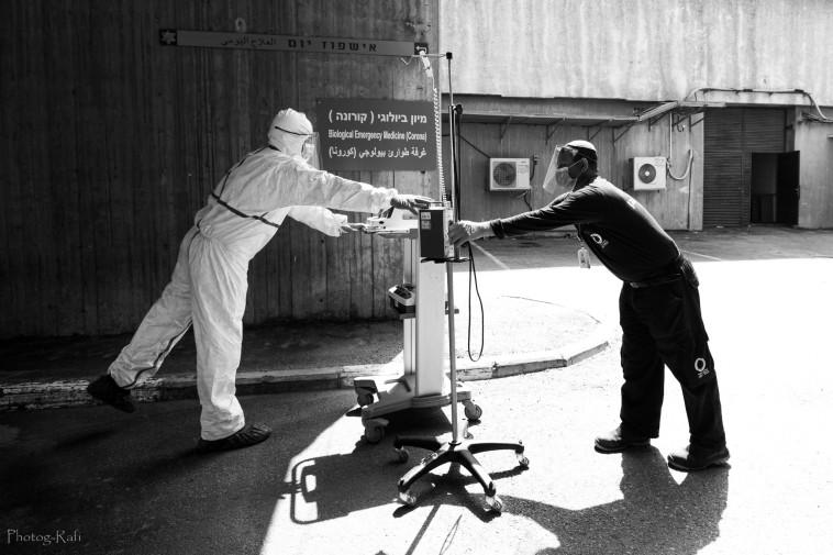 העברת ציוד מאזורים המוגדרים כמזוהמים (צילום: רפי קורן,באדיבות בית החולים הלל יפה)