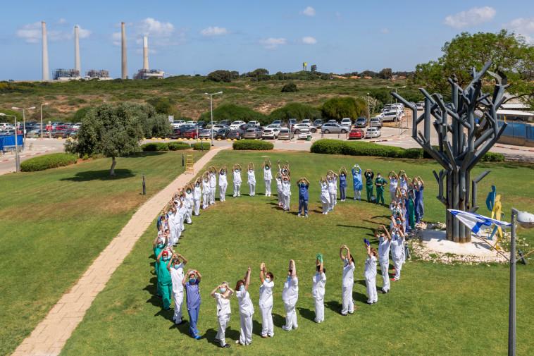 הצוות הסיעודי מבצע הומאז' לבבי לתרגילי הסדר המסורתיים (צילום: רפי קורן,באדיבות בית החולים הלל יפה)