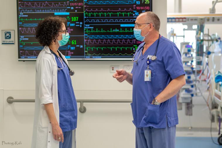 ד''ר שרון רייספלד (משמאל) בשיחת ייעוץ עם ד''ר קונסטנטין נימרק  (צילום: רפי קורן,באדיבות בית החולים הלל יפה)