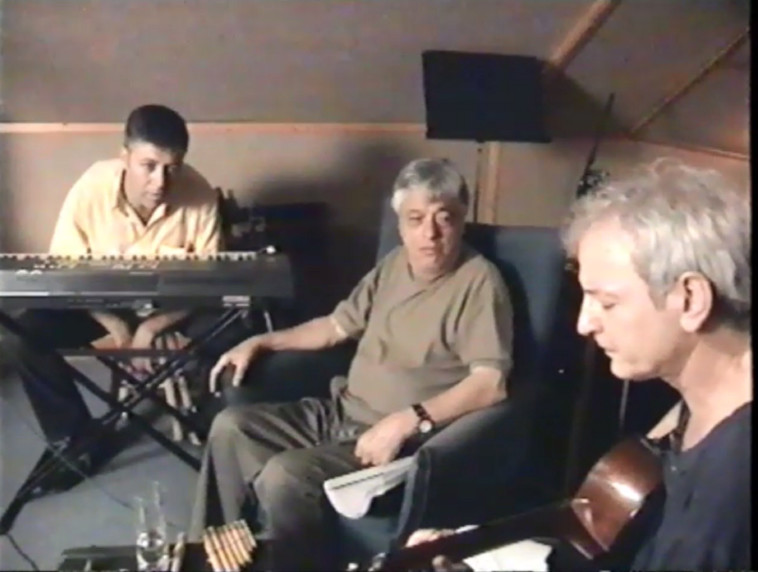 שלום חנוך, יוסי בנאי ויונתן בר-גיורא (צילום: נילי אצלן, מתוך הסרט ''מכתבים ברוח'', רם לוי 2001. באדיבות הדור החדש הפקות)
