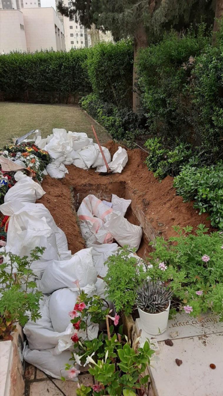 חילול חלקת הקבר של חלל צה''ל עמית בן יגאל ז''ל (צילום: צילום פרטי)