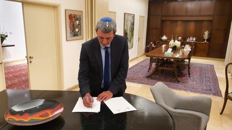 הרב רפי פרץ חותם על ההסכם הקואליציוני עם הליכוד (צילום: דוברות ''הבית היהודי'')