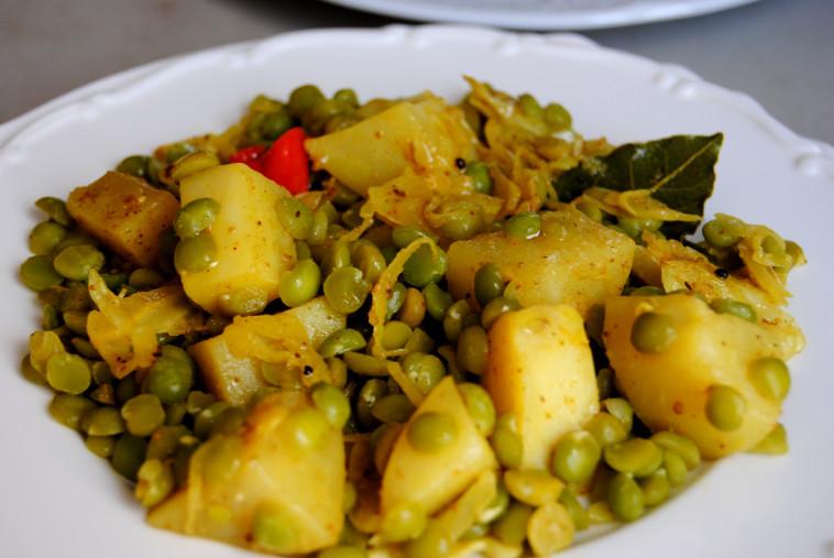 תבשיל אפונה, כרוב ותפוחי אדמה מתובלים (צילום: פסקל פרץ-רובין)