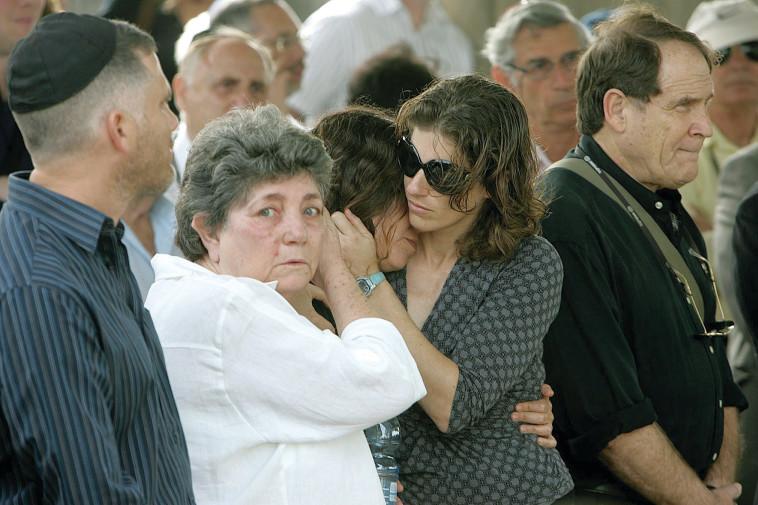 רות קמחי בלוויה של דייב (צילום: יוסי אלוני)