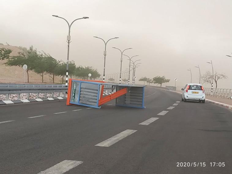 תחנת אוטובוס שנעקרה ממקומה באילת בעקבות הרוחות העזות (צילום: נעמה בן עמי פישר, החברה להגנת הטבע)