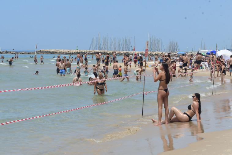 חוף הים בתל אביב בצל שגרת הקורונה (צילום: אבשלום ששוני)