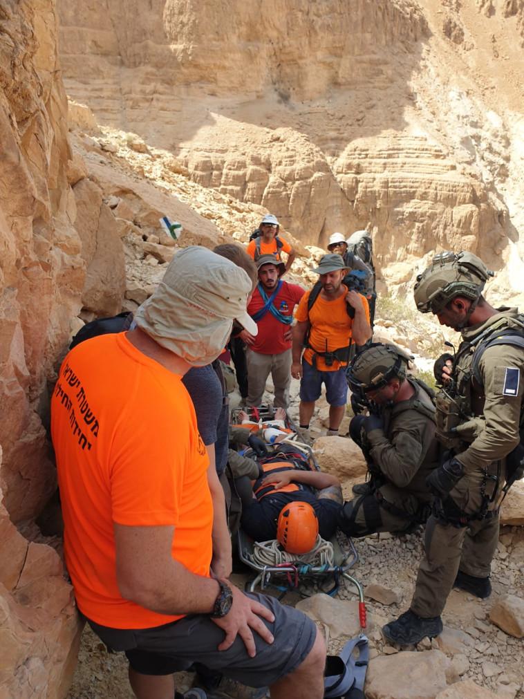 חילוץ המטיילים ע''י פקחי רט''ג  (צילום: רשות הטבע והגנים)
