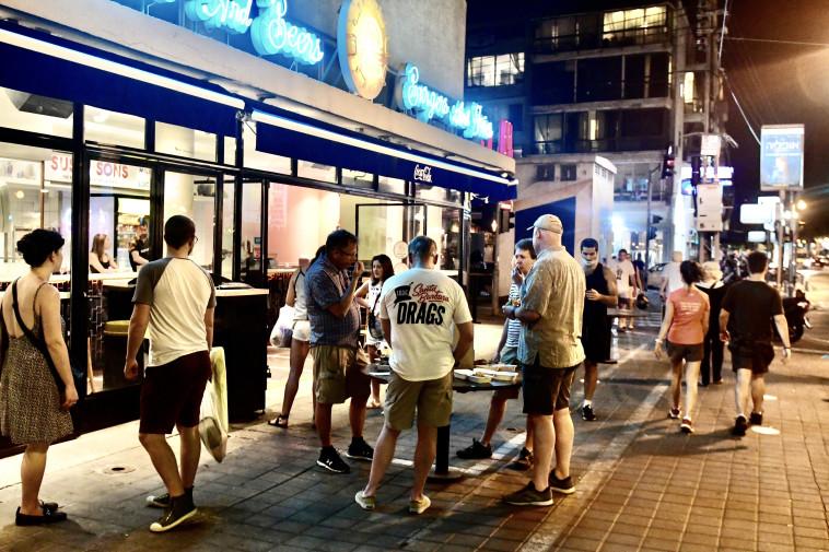 סועדים במסעדת סוסו אנד סאנס (צילום: אבשלום ששוני)
