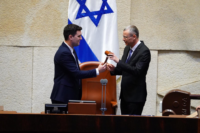 יריב לוין מקבל מידי ח''כ איתן גינזבורג את פטיש היו''ר (צילום: עדינה וולמן, דוברות הכנסת)