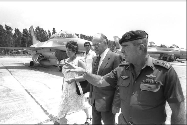 מנחם בגין ורפאל איתן (רפול) בביקור בטייסת שהפציצה את הכור בעיראק (צילום: צילום רפרודוקציה ראובן קסטרו)