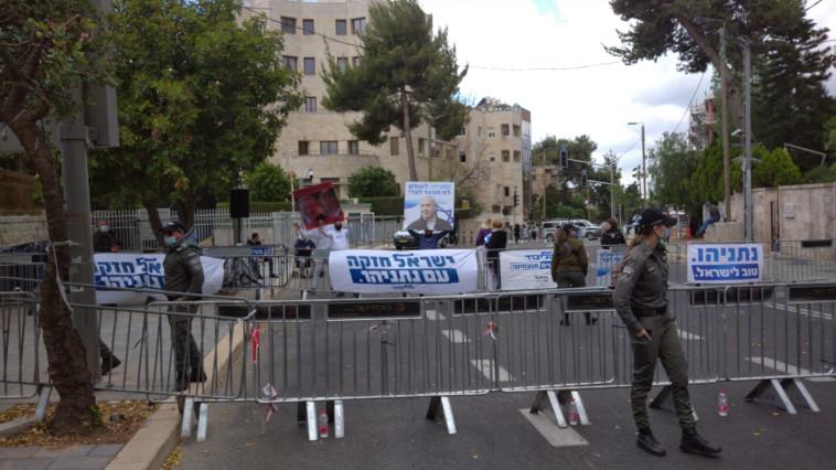 שלטים בעד נתניהו מחוץ למעון רה''מ (צילום: ללא)