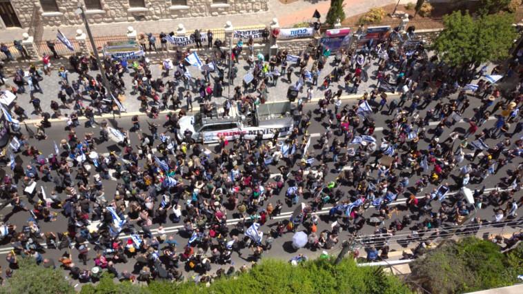 מפגינים מחוץ לאולם (צילום: ללא)