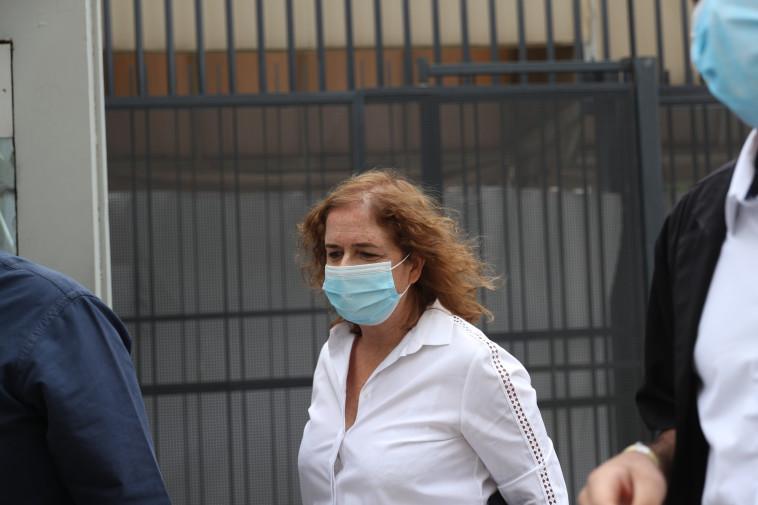 ליאת בן ארי נכנסת לבית המשפט (צילום: יונתן זינדל, פלאש 90)