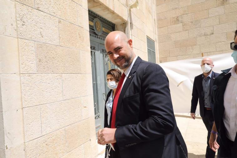 אמיר אוחנה בכניסה לבית המשפט (צילום: מרק ישראל סלם)