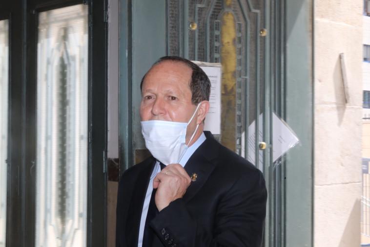 ניר ברקת בכניסה לבית המשפט (צילום: מרק ישראל סלם)