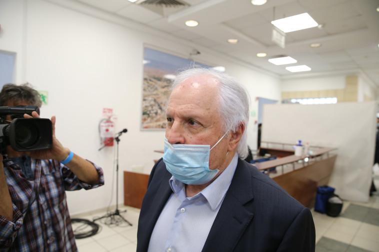 שאול אלוביץ' בכניסה לדיון הראשון במשפטו (צילום: עמית שאבי)