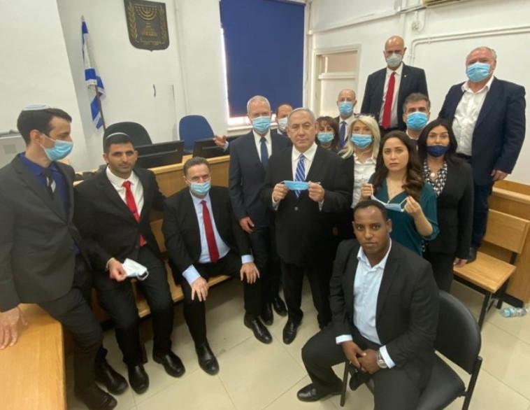חברי הכנסת מהליכוד עם נתניהו בבית המשפט (צילום: דוברות הליכוד)