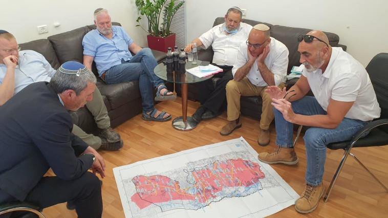 ישיבת ראשי מועצת יש''ע בנושא החלת הריבונות (צילום: דוברות השר רפי פרץ)
