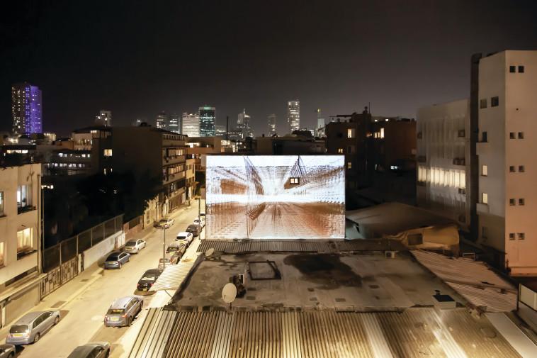 וידאו ארט על קיר בניין בקריית המלאכה (צילום: דור זליכה לוי)