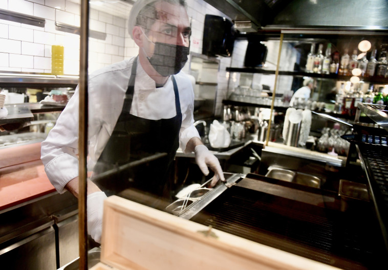היערכות לפתיחת המסעדות (צילום: אבשלום ששוני)