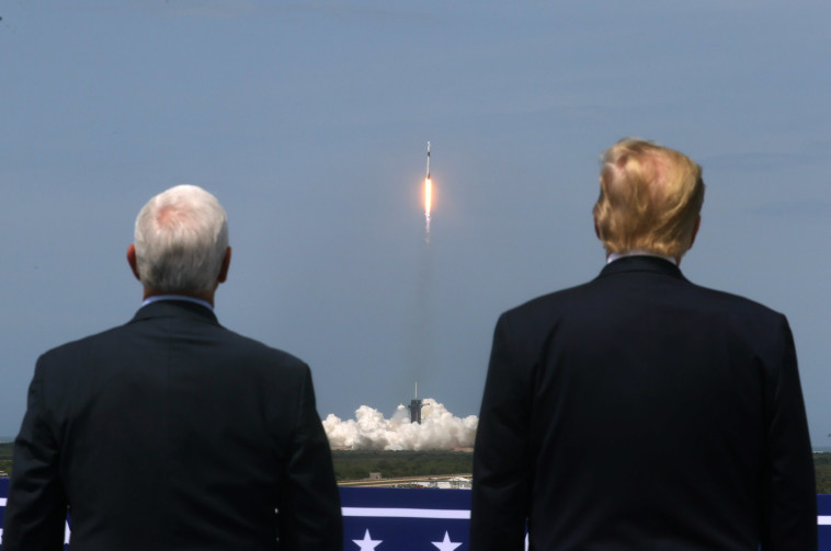 טראמפ ופנס צופים בשיגור SpaceX (צילום: רויטרס)
