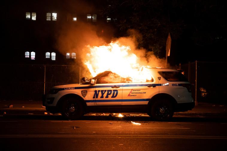 המהומות בארה''ב: ניידת משטרה בניו יורק עולה באש (צילום: רויטרס)