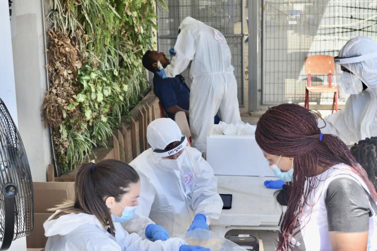 בדיקות קורונה לעובדים זרים בדרום תל אביב (צילום: אבשלום ששוני)