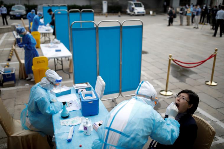 קורונה בסין - בדיקות בבייג'ינג  (צילום: REUTERS/Carlos Garcia Rawlins)