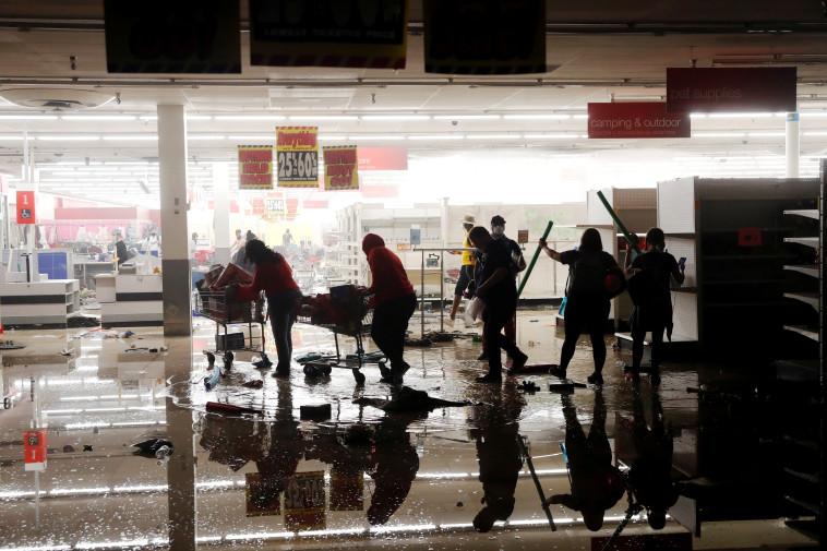 מהומות בארה''ב: ביזה במיניאפוליס (צילום: REUTERS/Lucas Jackson)