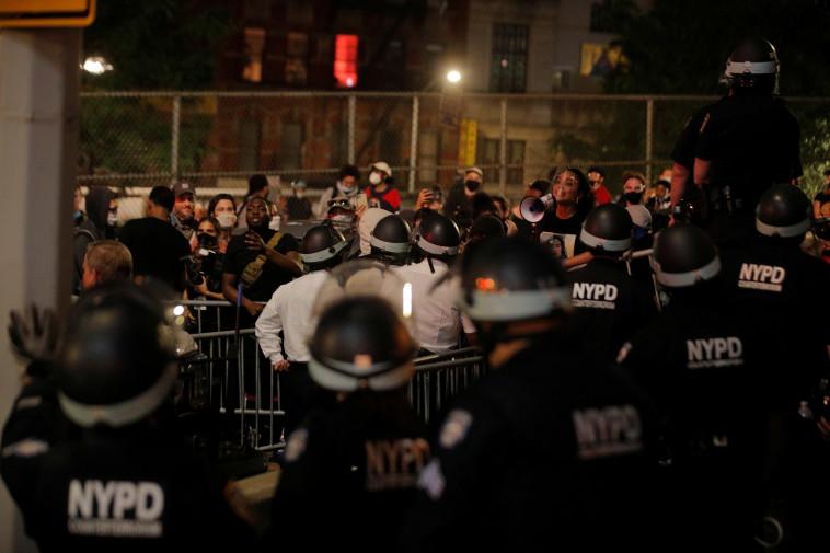 מהומות בארה''ב: מוחים בניו יורק (צילום: Reuters/BRENDAN MCDERMID)