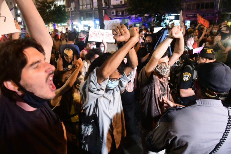 הפגנת השמאל נגד הסיפוח בכיכר רבין בת''א (צילום: אבשלום ששוני)