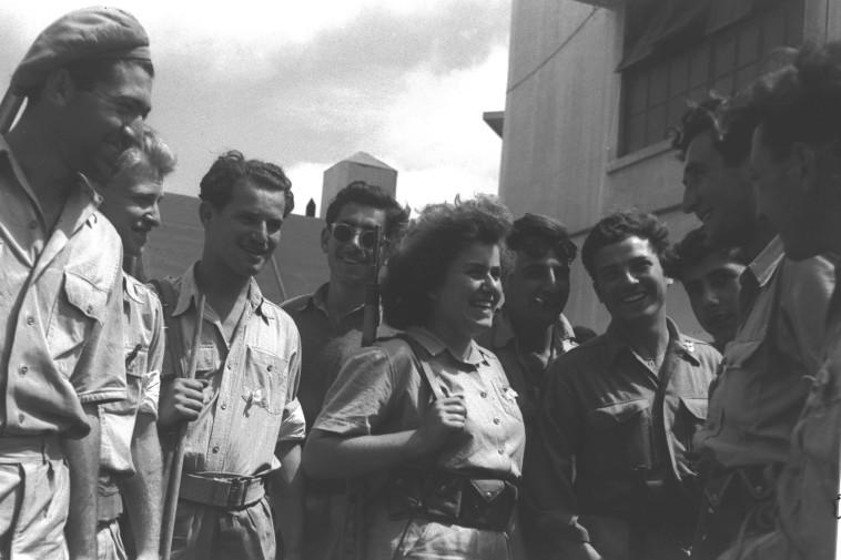 שמחת חברי ההגנה לאחר כניעת יפו, 1948 (צילום: הנס פין, לע''מ)