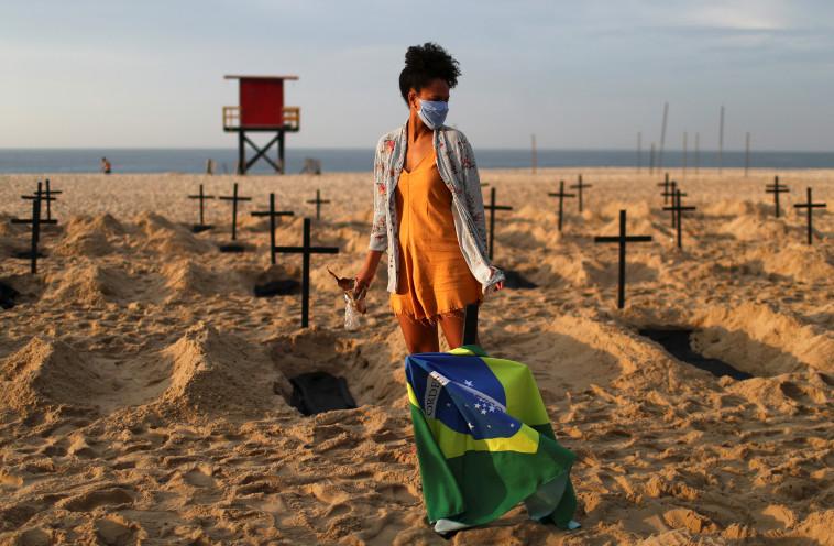 קורונה בברזיל: הקברים הסמליים בקופקבנה (צילום: רויטרס)