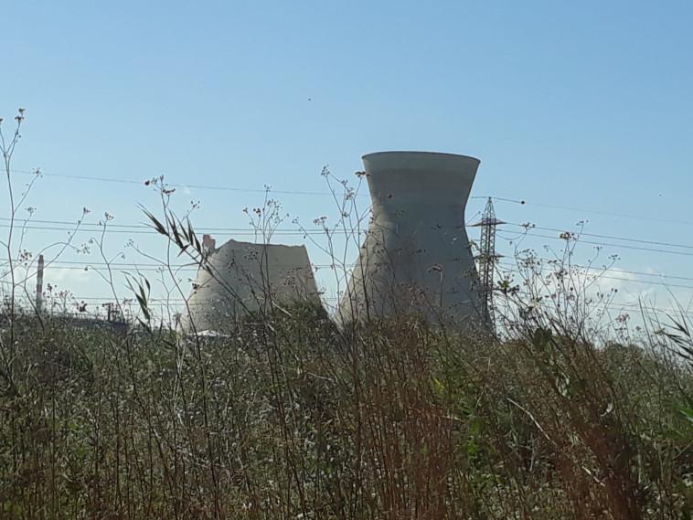 חלק מאחד ממגדלי הקירור בבתי הזיקוק במפרץ חיפה התמוטט