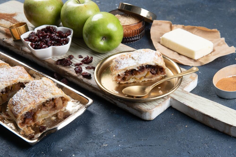 שטרודל תפוחים חגיגי עם בצק עלים של שמרית (צילום: נמרוד סונדרס)