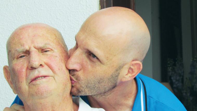 בנדר מקבל נשיקה מבנו ביום הולדתו ה-80 (צילום: נתן זהבי)
