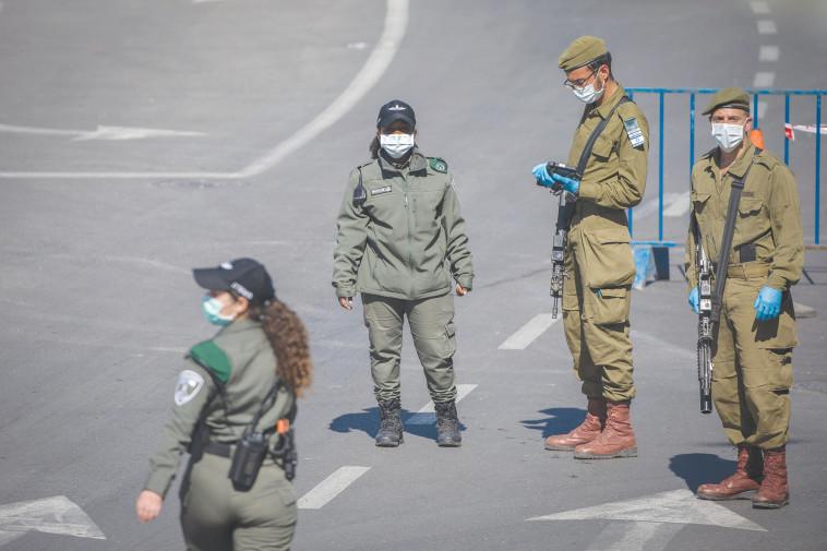 חיילים עם מסיכות (צילום: יונתן זינדל, פלאש 90)