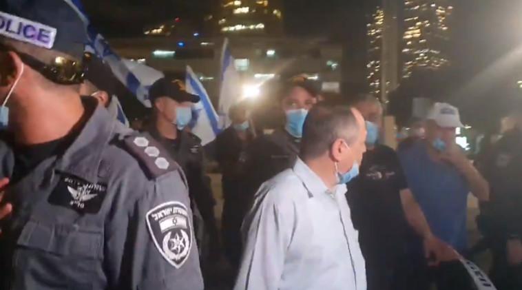 אמנון אברמוביץ' מותקף על ידי פעילי ימין (צילום: צילום מסך)