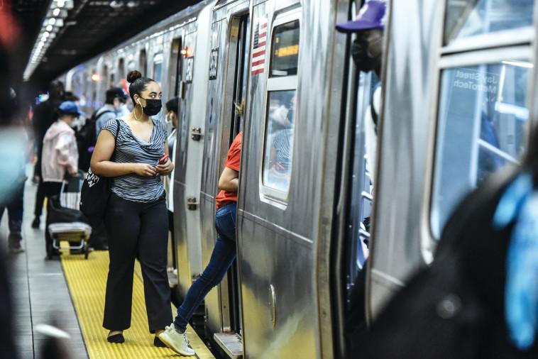 קורונה בארה''ב: הרכבת התחתית בניו יורק  (צילום: gettyimages)