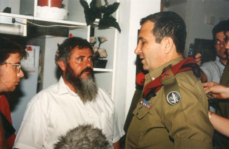 הרמטכ''ל אהוד ברק בבית משפחת וקסמן לאחר הרצח של נחשון (צילום: פלאש 90)