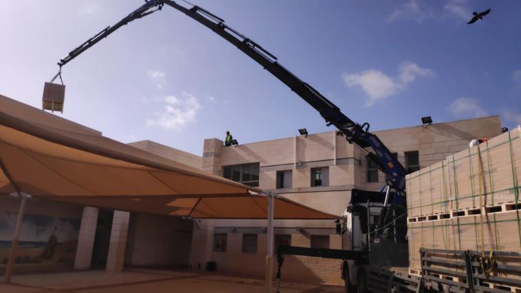 הקמת מתקן האנרגיה הסולארית על גג בית ספר באשדוד (צילום: יחצ)