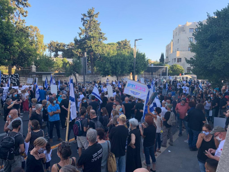 מחאת ''הדגלים השחורים'' מחוץ למעון רה''מ (צילום: הדגלים השחורים)
