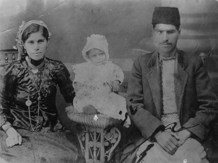 בכורה ומאיר בנאי עם בנם הבכור שמואל (צילום: ארכיון התמונות יד יצחק בן צבי)
