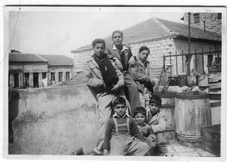 ילדי משפחת בנאי על גג הבית ברחוב האגס 13 (צילום: ארכיון התמונות יד יצחק בן צבי)
