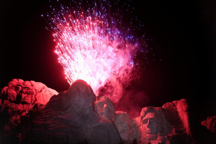 ה-4 ביולי: זיקוקים בהר ראשמור (צילום: רויטרס)