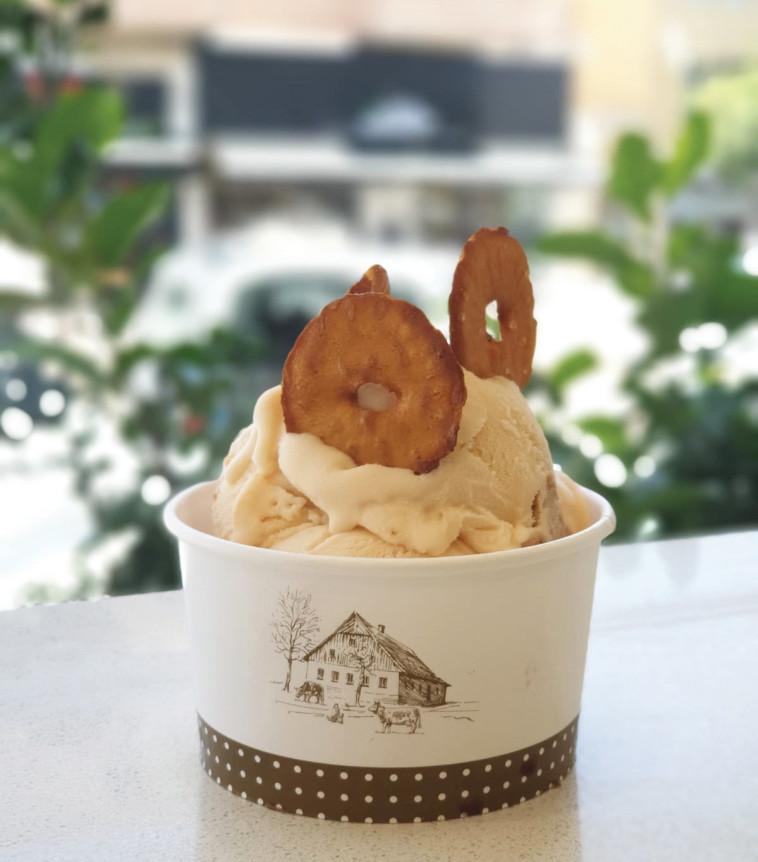 גלידה שמנת ובייגלה של רשת אנדריי (צילום: מגי חבש)